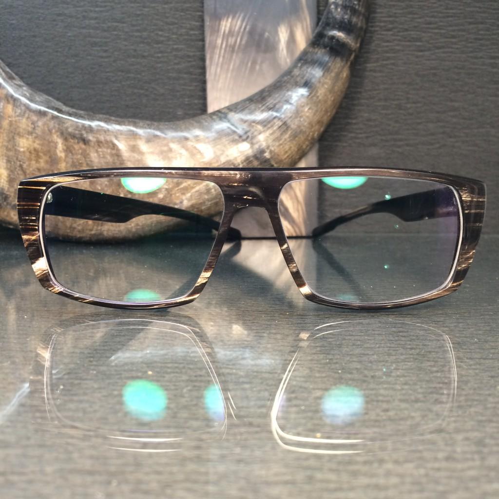 handgearbeitete brille aus büffelhorn.
