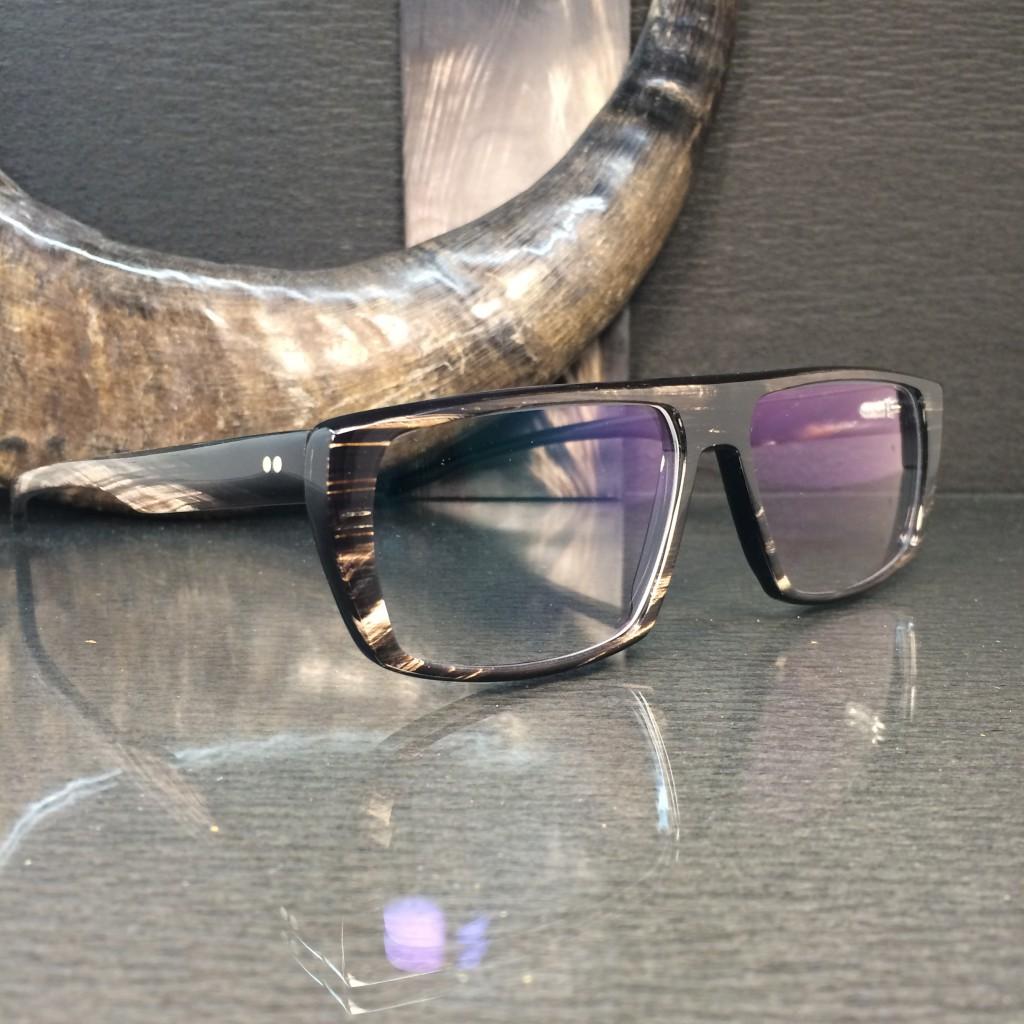 handgefertigte brille aus horn mit individueller maserung.