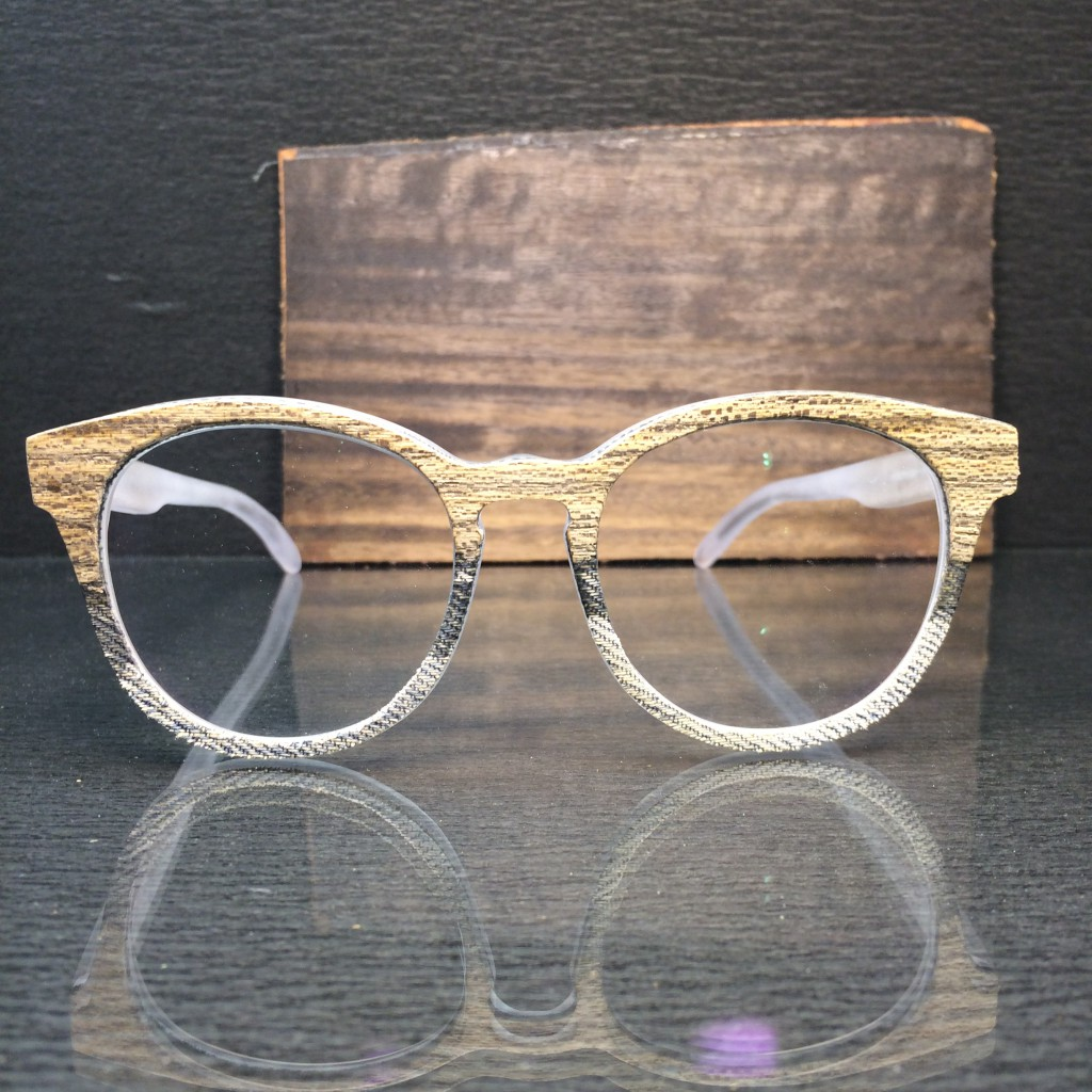 handgemachte brille: holz-jeans applikation.